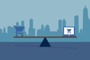 Uma balança que está equilibrada. De um lado está uma carrinho de supermercado azul e do outro um laptop com uma imagem de um carrinho azul.