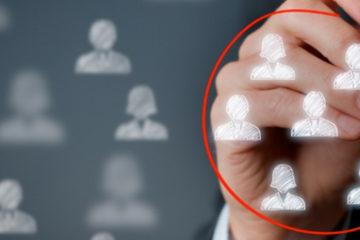 A imagem mostra desenhos de bonecos em um vidro. Tem uma mão circulando alguns dos desenhos com uma caneta vermelha.